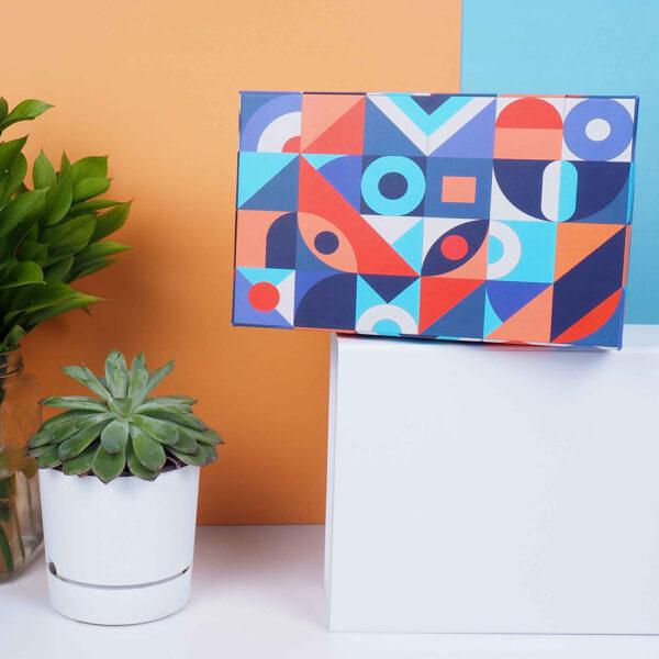 renkli desenli hediye kutusu